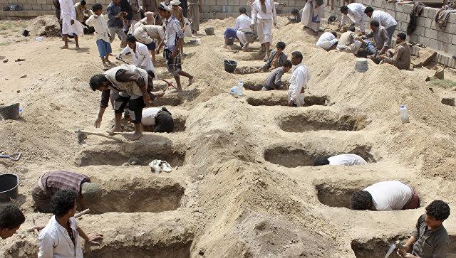 Подготовка могил для детей, погибших после авиаудара Коалиции во главе с Саудовской Аравией по  городу Саада, удерживаемом мятежниками-хуситами. 10 августа 2018