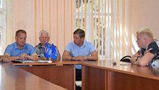 Исключение депутата Ровенского районного Собрания Саввы Коргунова (справа) из Партии и местного политического совета Единой России