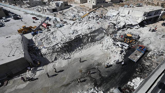 Последствия взрыва на складе с оружием в деревне Сармада в провинции Идлиб, Сирия. 12 августа 2018
