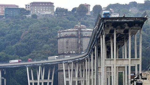 На месте обрушения автомобильного моста в Генуе, Италия. Архивное фото