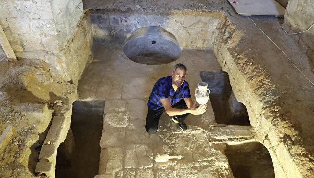 Израильский иллюзионисть Ури Геллер с артефактами старинной мловарни, найденной во время конструкторской работы над Музеем Ури Геллера в Яффе. 14 августа 2018