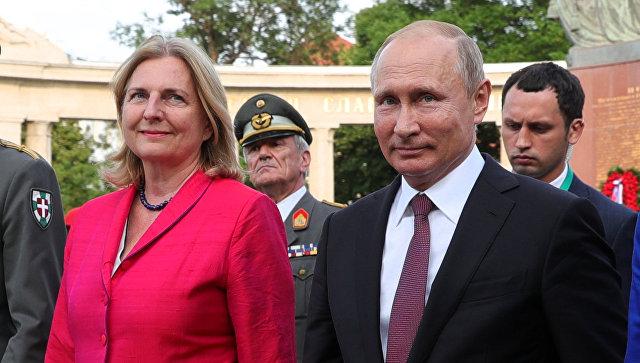 Президент России Владимир Путин и министр европейских, интеграционных и иностранных дел Австрии Карин Кнайсль. Архивное фото