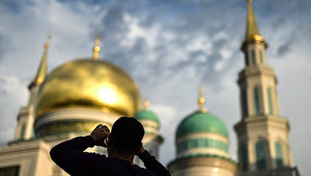 Мусульмане в день праздника жертвоприношения Курбан-Байрам в Московской Соборной мечети