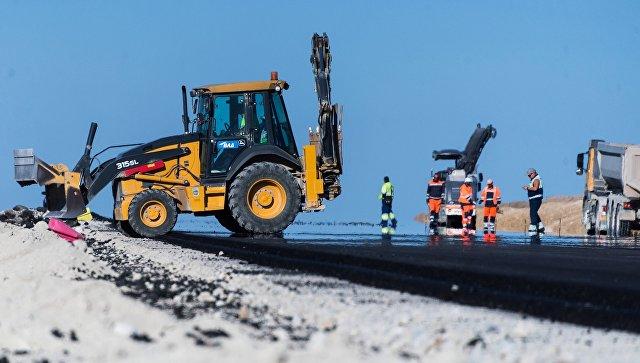 Рабочие настроительстве дороги
