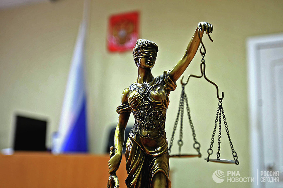 Статуэтка богини правосудия Фемиды в зале суда. Архивное фото