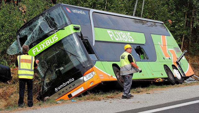 Автобус компании Flixbus на обочине трассы A19, Германия. 17 августа 2018