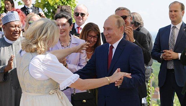 Президент РФ Владимир Путин танцует с министром иностранных дел Австрии Карин Кнайсль на ее свадьбе. 18 августа 2018
