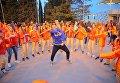 Вожатый танцует с детьми на дискотеке