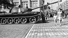 Советский танк на одной из улиц Праги в августе 1968 года
