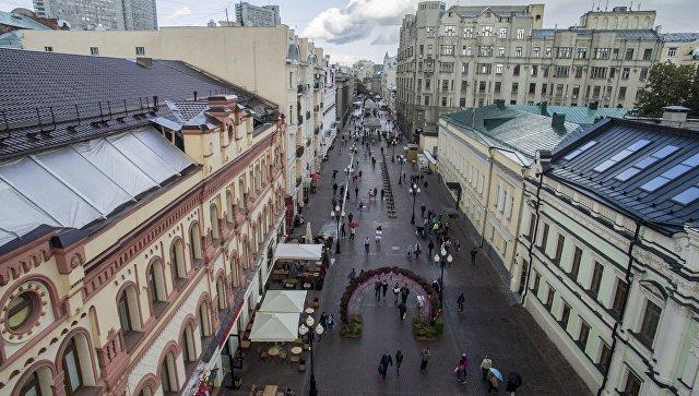Прохожие на улице Старый Арбат в Москве