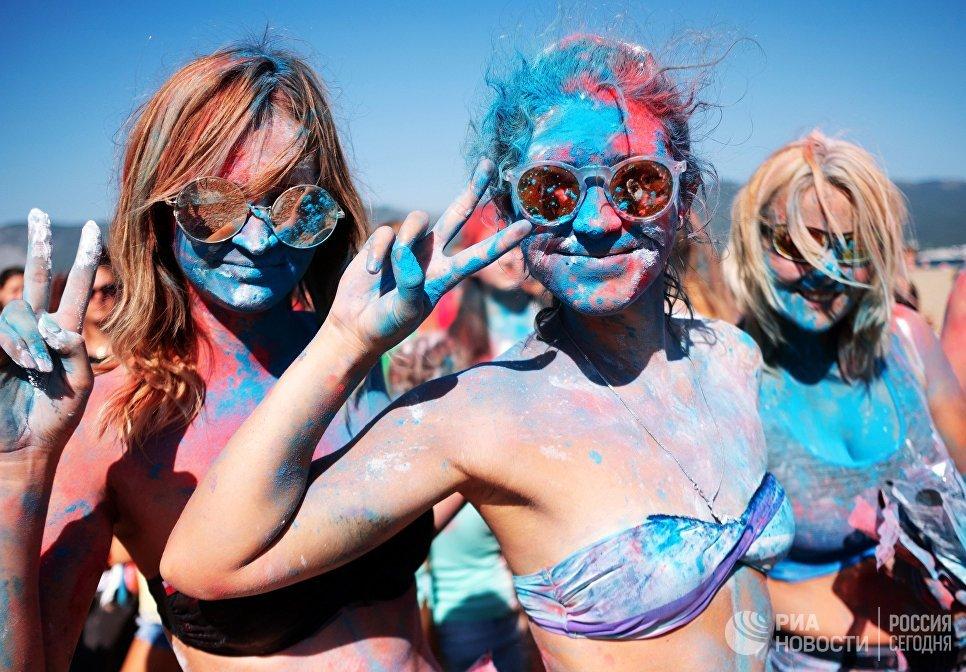 Участницы фестиваля триколора на пляжном курорте Суджукская коса во время празднования Дня государственного флага Российской Федерации в Новороссийске