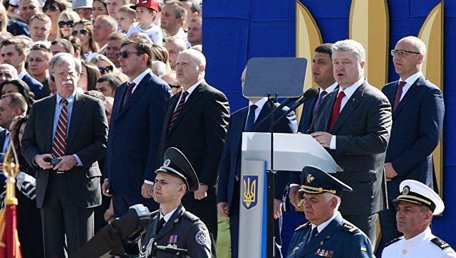 Президент Украины Петр Порошенко выступает на военном параде в Киеве