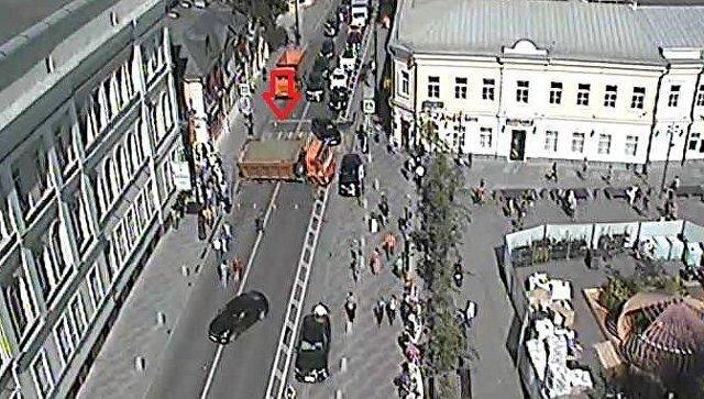 Провал участка дороги на улице Большая Ордынка в Москве. 24 августа 2018