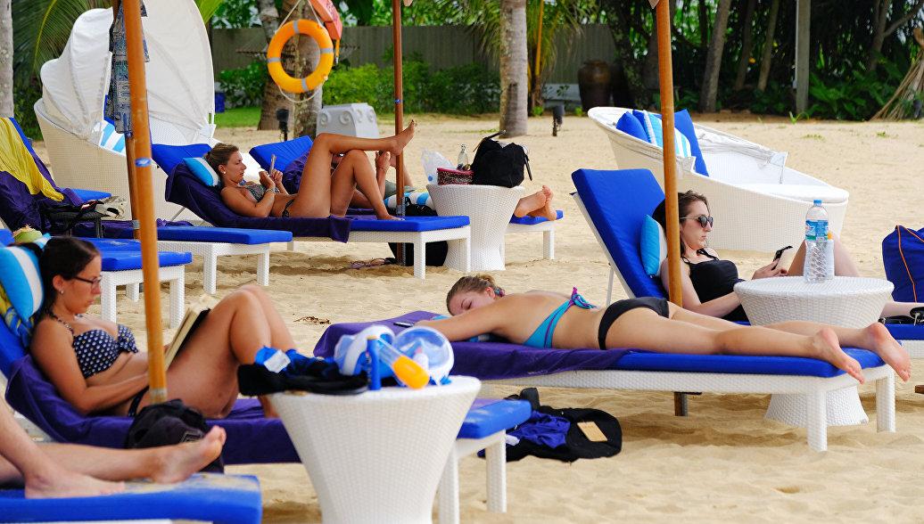 Туристы отдыхают на пляже Таиланда. Архивное фото.