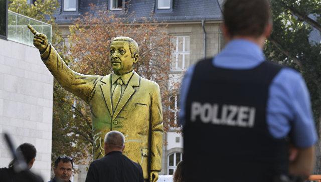 В Германии появилась исписанная нецензурными выражениями золотая статуя президента Турции Р. Эрдогана
