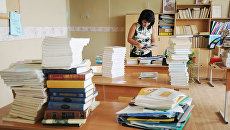 Учитель в школьном кабинете. Архивное фото