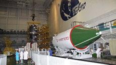 Общий вид зала монтажно-испытательного корпуса площадки 254 космодрома Байконур. Архивное фото