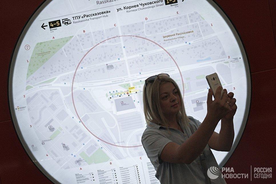 Девушка фотографируется на станции Рассказовка Калининско-Солнцевской линии Московского метрополитена