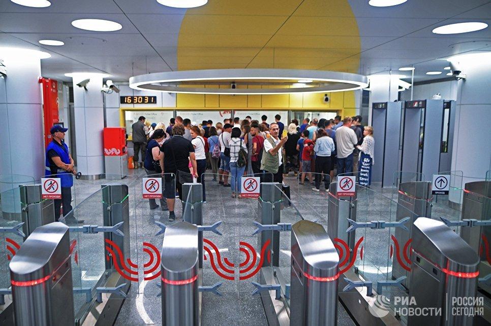 Пассажиры на станции Солнцево Калининско-Солнцевской линии Московского метрополитена