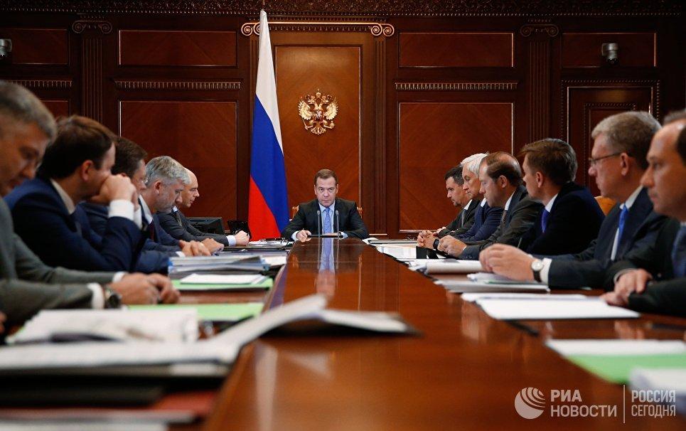 Председатель правительства РФ Дмитрий Медведев проводит совещание о расходах бюджета в части промышленности, транспорта, цифрового развития и ТЭК. 30 августа 2018