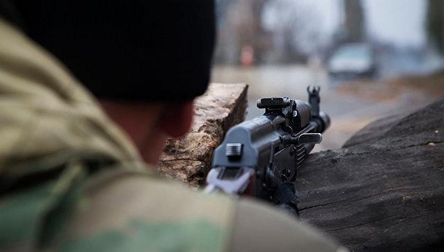 Боец ДНР во время боевого дежурства на одном из КПП Донецка