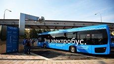 Станция зарядки пассажирского электробуса в Москве. Архивное фото
