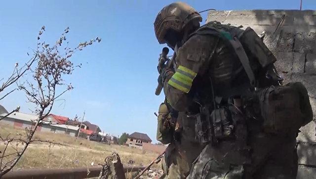 Сотрудник правоохранительных органов во время контртеррористической спецоперации в Дагестане. Архивное фото