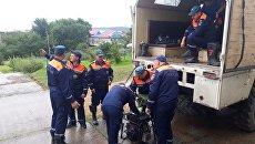 Сотрудники МЧС во время проведения аварийно-восстановительных работ в Приморье