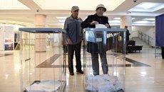Избиратели голосуют на избирательном участке в Тюмени