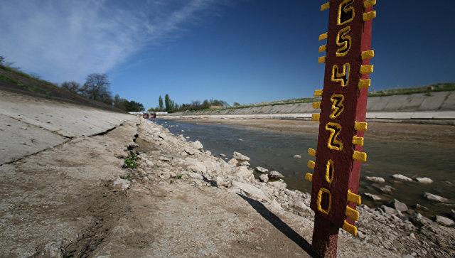 Мерные уровни, показывающие полное отсутствие воды в Северо-Крымском канале уже в 20 километрах от первой насосной станции. 27 апреля 2014 года