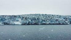 Фронт ледника Эсмарк. Постоянное откалывание льда сопровождается громким гулом