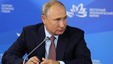 Президент РФ Владимир Путин во время переговоров с председателем КНР Си Цзиньпином на полях IV Восточного экономического форума
