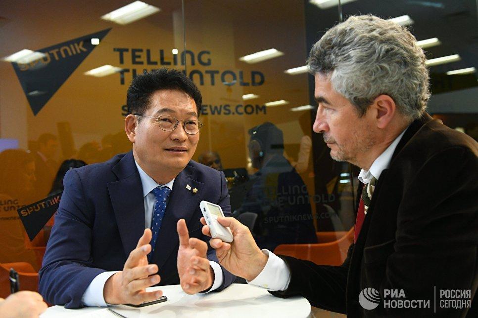 Председатель комитета по северному экономическому сотрудничеству при президенте Республики Корея Сон Ён Гиль (слева) в радиорубке Sputnik
