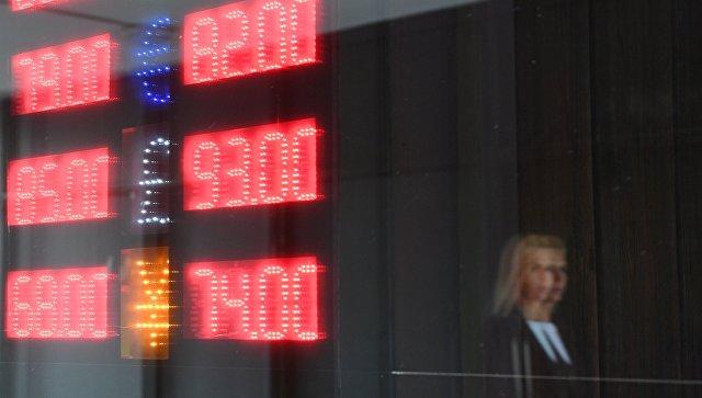 Табло курса обмена доллара, евро, фунта и йены к рублю в Москве. Архивное фото