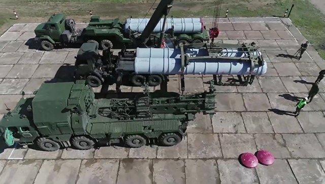 Заряжание пусковой установки зенитного ракетного комплекса С-300 на учениях ПВО. Архивное