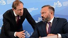 Министр промышленности и торговли РФ Денис Мантуров (слева) и генеральный директор компании Биокад Дмитрий Морозов