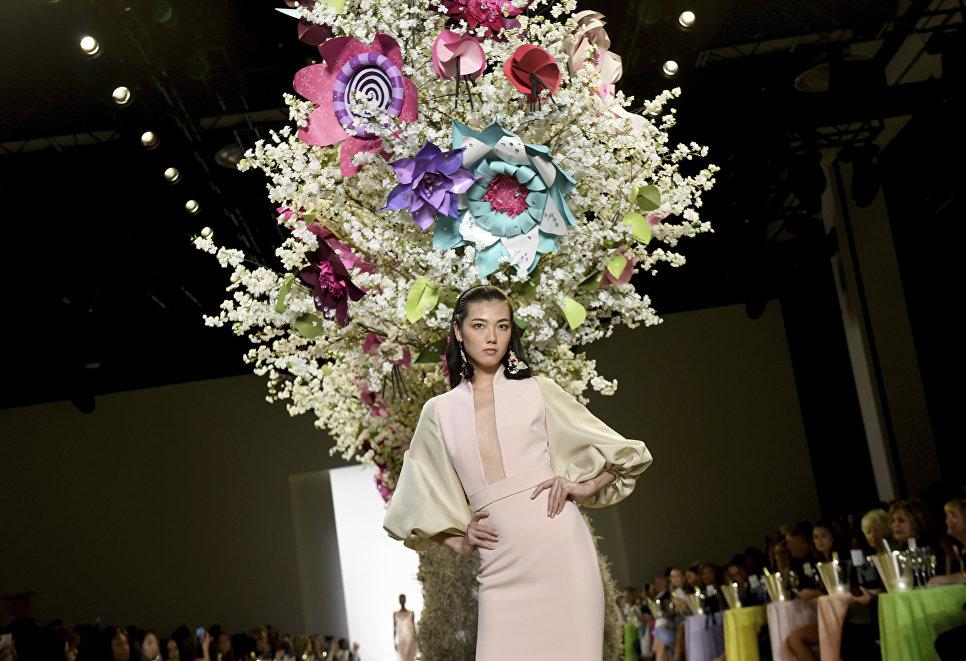 Показ коллекции Badgley Mischka в рамках Недели моды в Нью-Йорке