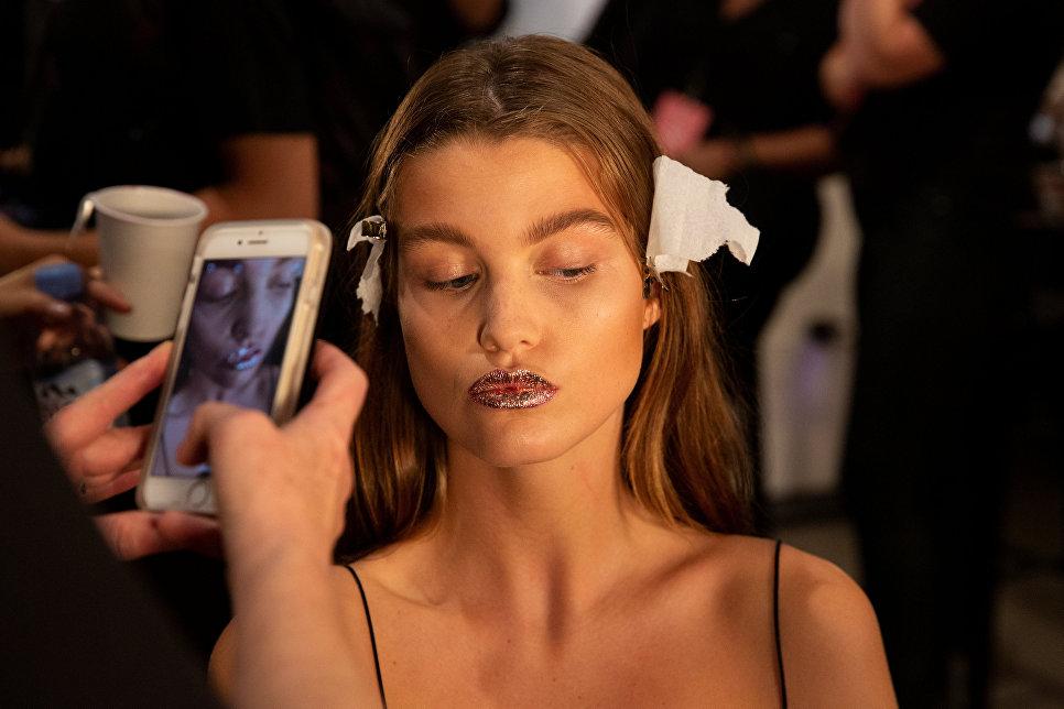 Модель перед показом коллекции Jeremy Scott в рамках Недели моды в Нью-Йорке