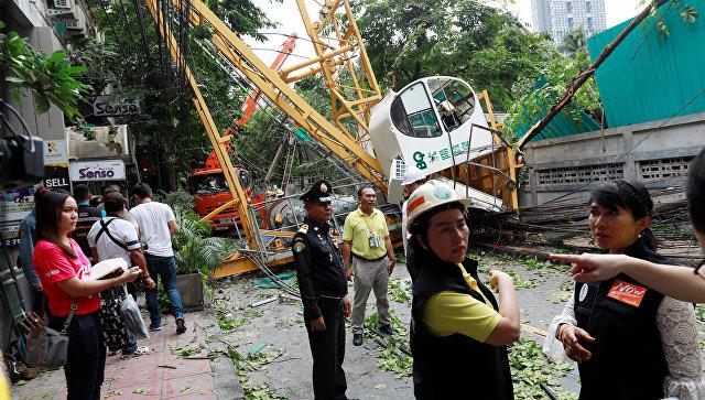 Спасатели рядом с местом, где обрушился кран, Бангкок. 14 сентября 2018