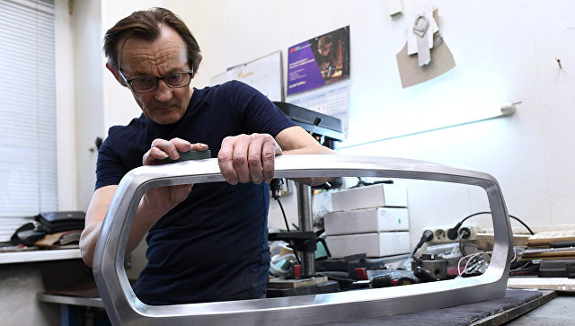 Мужчина занимается реставрацией автомобиля. Архивное фото