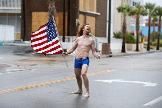 Житель города Миртл-Бич в Южной Каролине во время урагана Флоренс. 14 сентября 2018