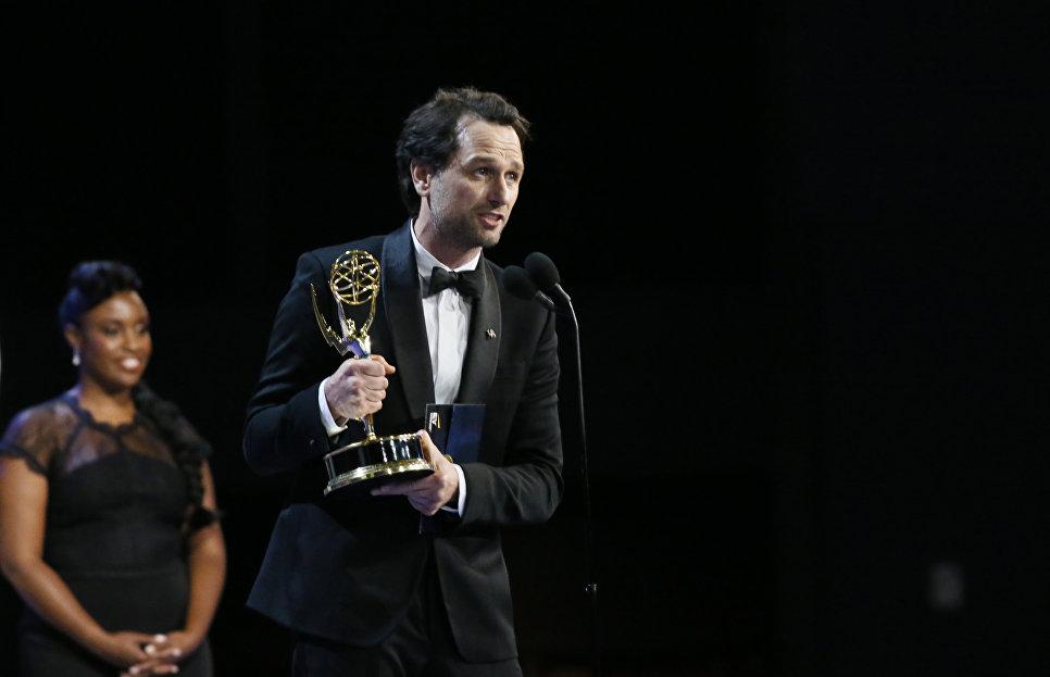 Мэттью Риз с наградой за сериал Американцы во время 70-й церемонии вручения награды Primetime Emmy Awards в Лос-Анджелесе