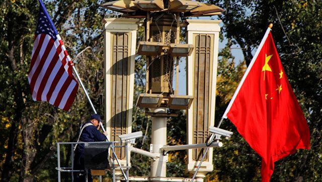 Флаги США и КНР в Пекине. Архивное фото