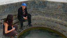 Елена Зиппа и Степан Шварцев отбирают пробы азотных термальных вод в провинции Цзянси, 2015 год