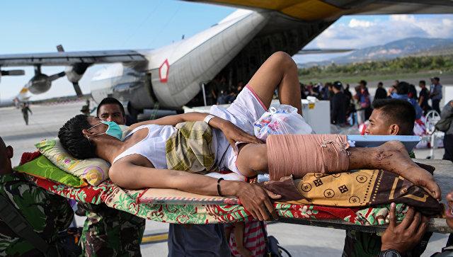 Эвакуация раненых  после землетрясения и цунами в аэропорту города Палу, остров Сулавеси, Индонезия. 30 сентября 2018