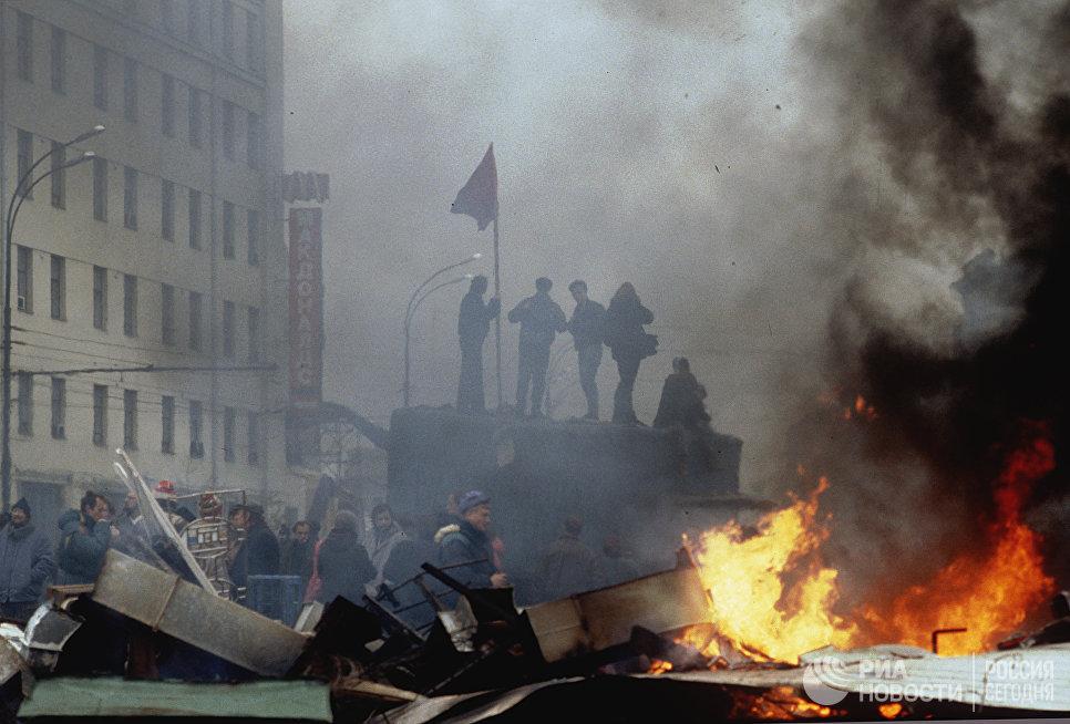 2 октября на Смоленской площади начался митинг сторонников Верховного Совета РФ. Произошли столкновения демонстрантов с милицией и ОМОНом.
