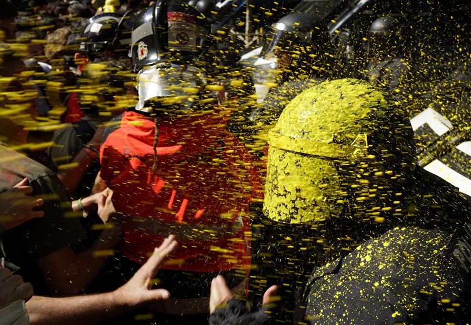 Столкновение демонстрантов с полицией в Барселоне, Испания