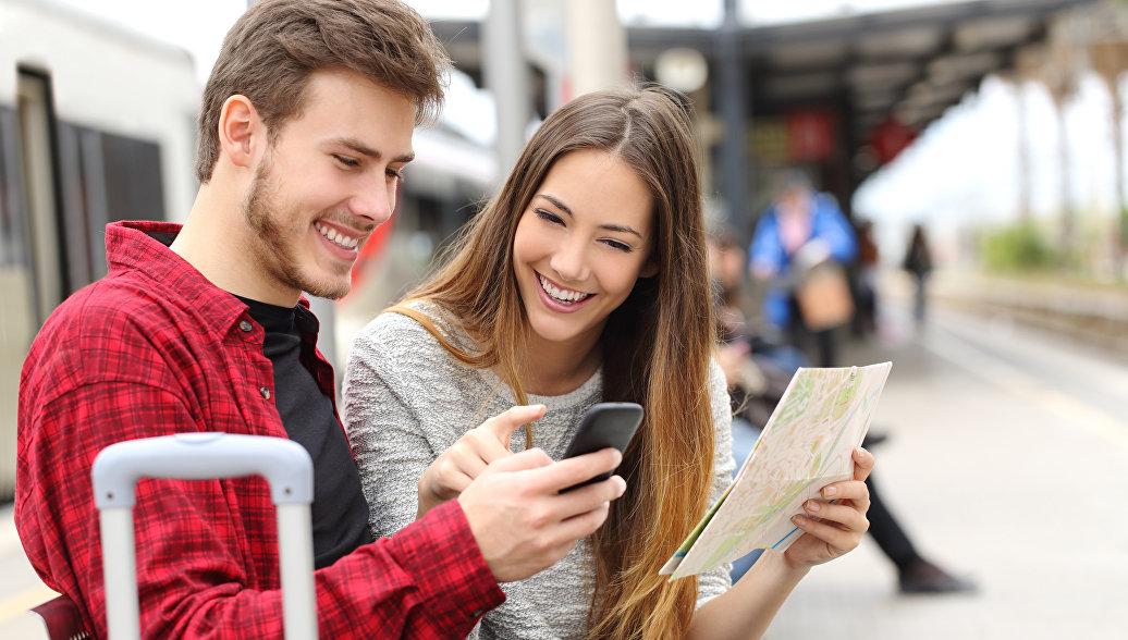 Туристы с картой. Архивное фото