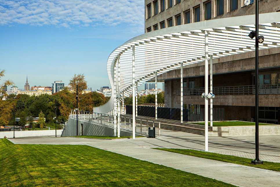 Навес и смотровая площадка в проходе в Парк Горького