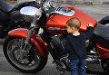 Мальчик во время закрытия байкерского сезона во Владивостоке